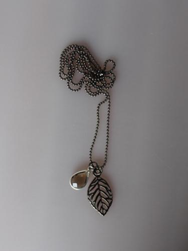 Halskæde med oxyderet kæde, blad, stjerne og glasperle